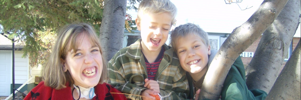 Mariah and her brothers smiling