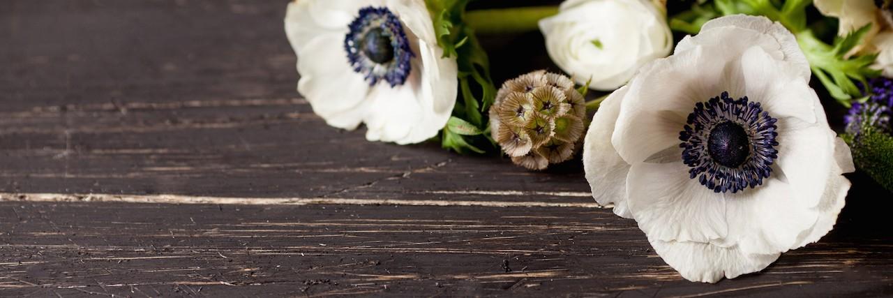 Beautifull spring flowers on wood