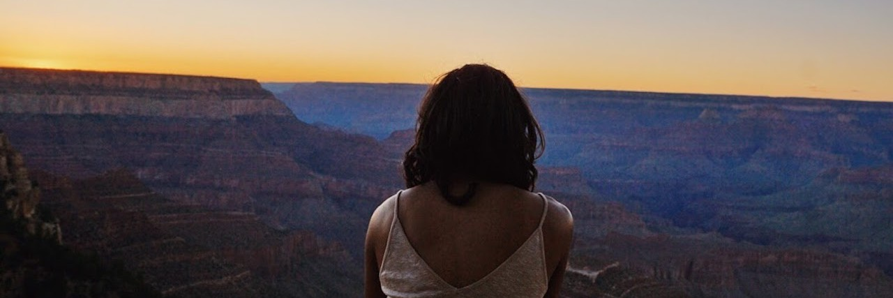 woman looking at the grand canyon