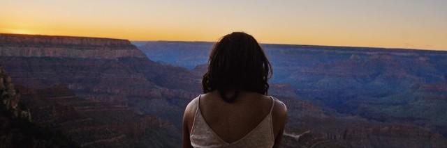woman looking at the grand canyon