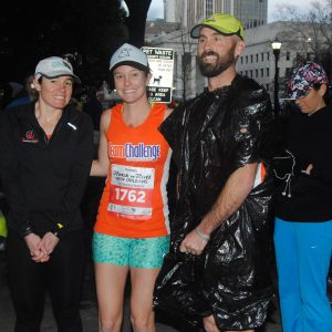 woman with her boyfriend and friend at the beginning of a half marathon